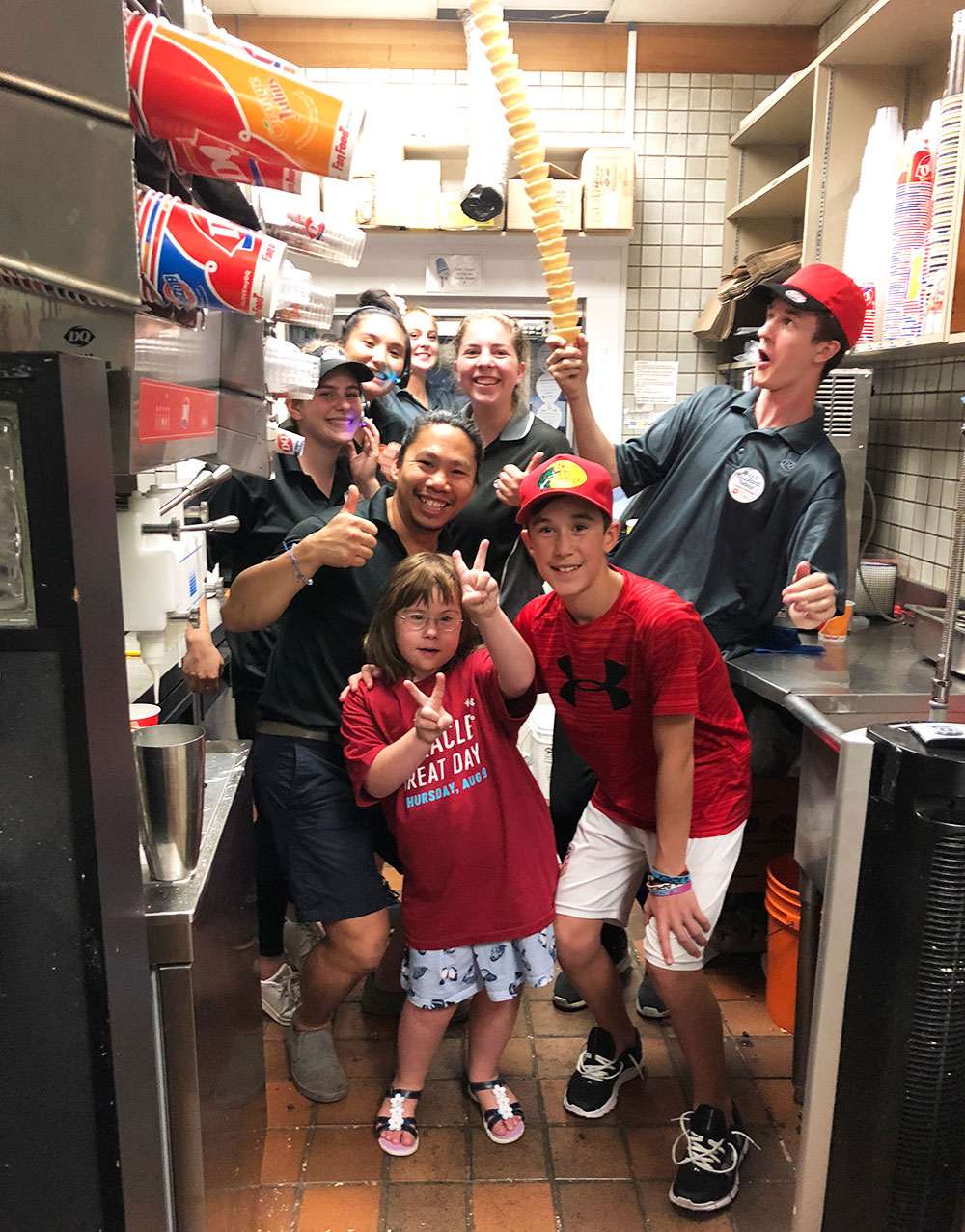 Des enfants et le personnel de Dairy Queen derrière le comptoir