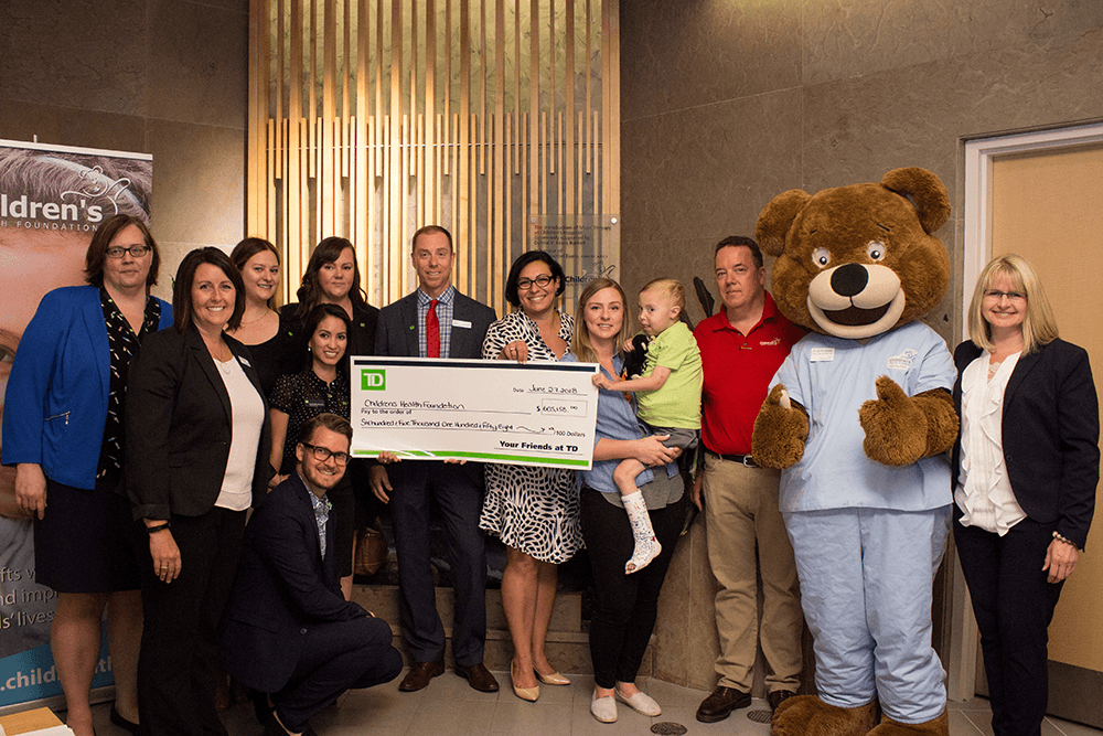 Équipe remettant un chèque de TD à la Children's Health Foundation