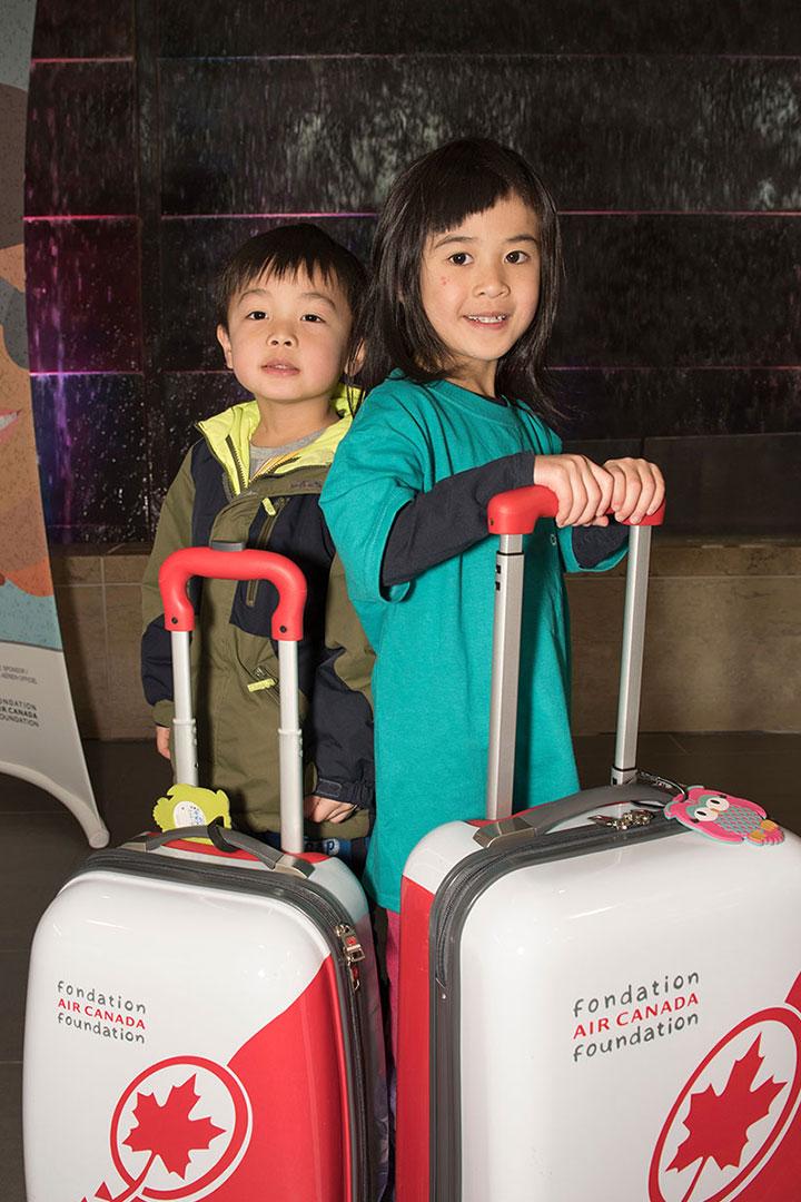 Deux enfants avec des valises d'Air Canada