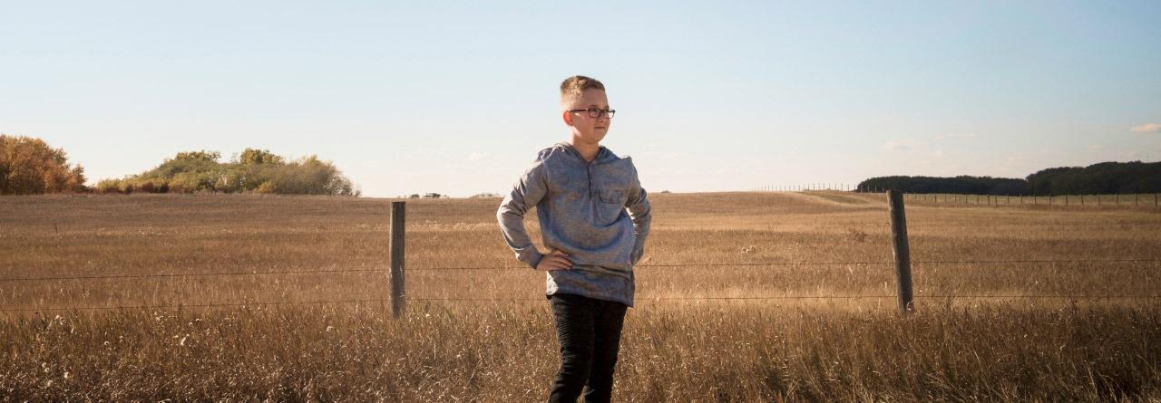 Le champion Blake devant un champ de blé