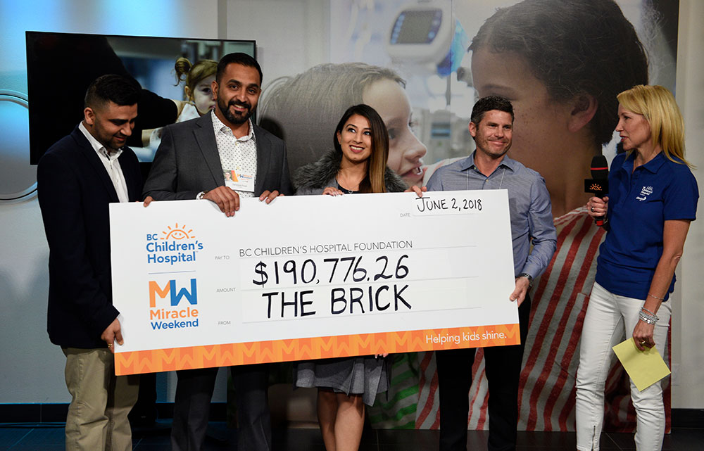Présentation d'un chèque géant de Brick à l'Hôpital pour enfants de C.-B. lors du Week-end Miracle