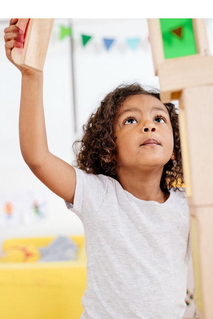 Enfant jouant avec des blocs de construction
