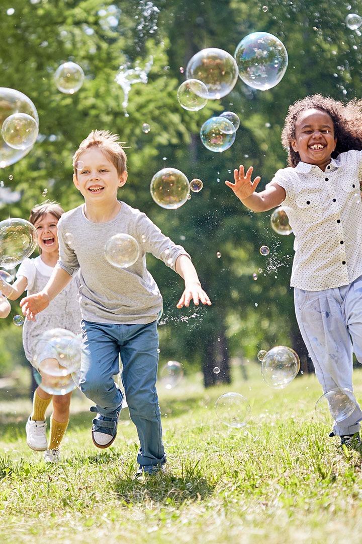 Enfants courant avec des bulles