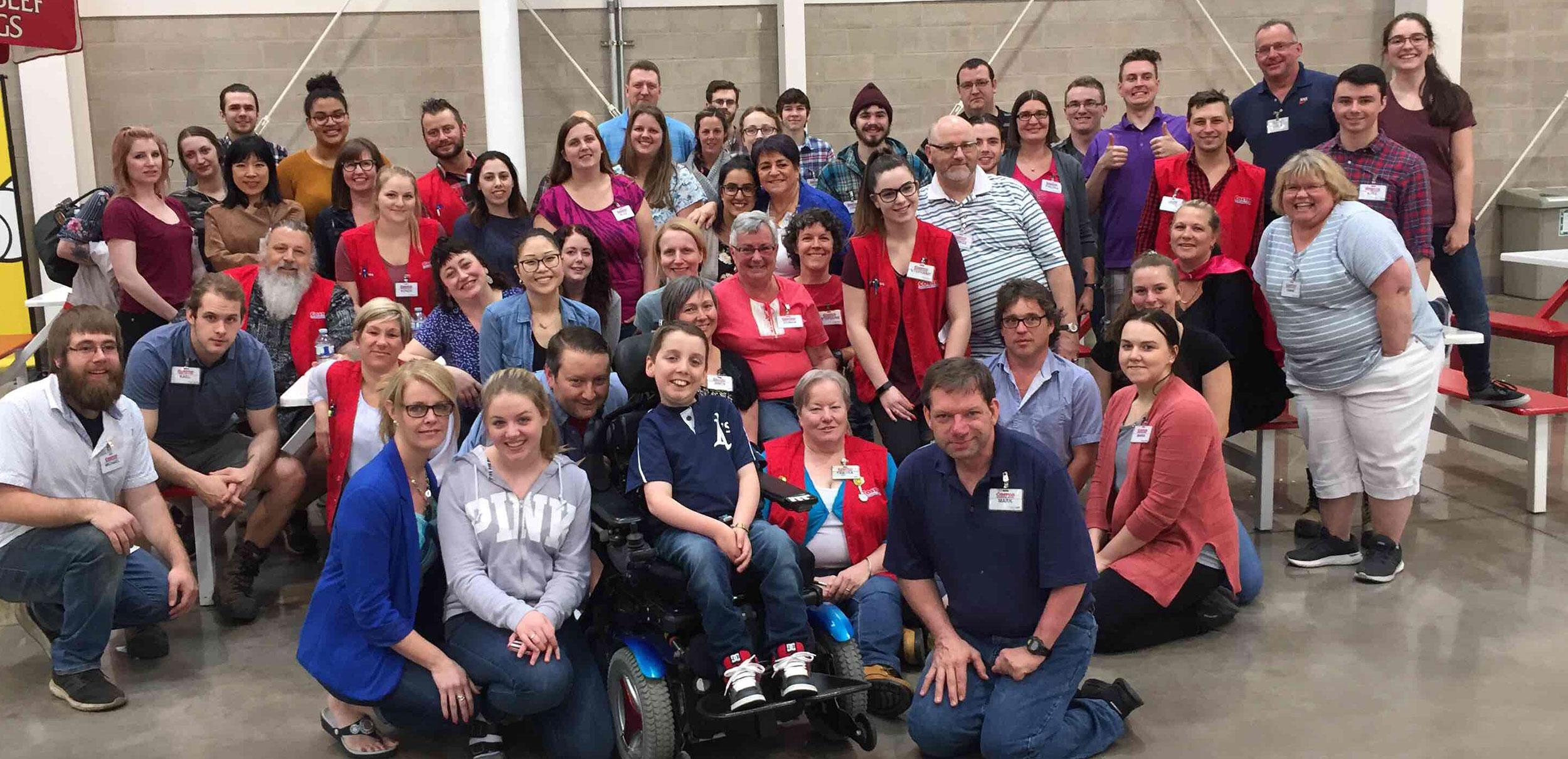 Grand groupe d'employés de Costco avec un champion