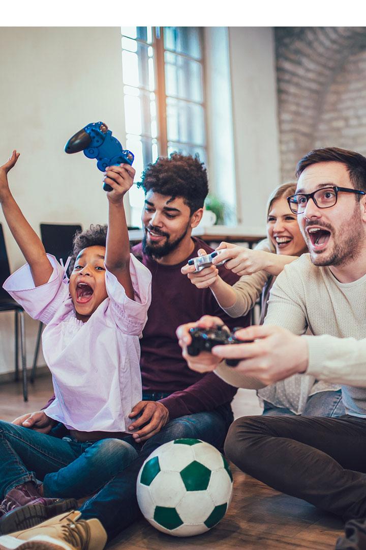 Adultes et enfant s'amusant à jouer à des jeux vidéo