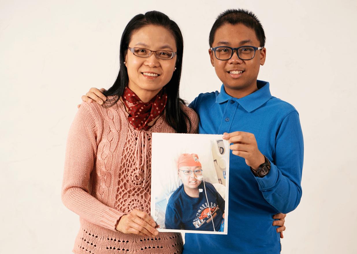 Geoffrey avec sa mère et une photo