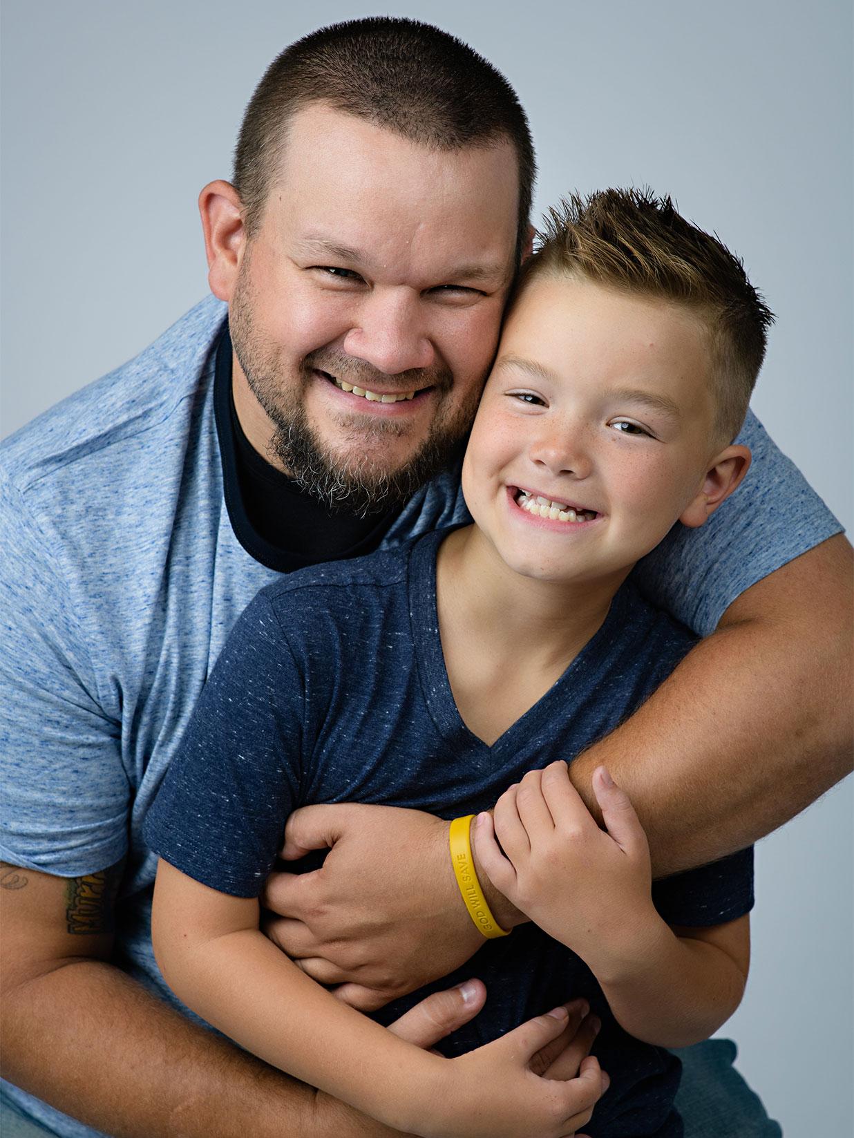 Joey tenu par son père