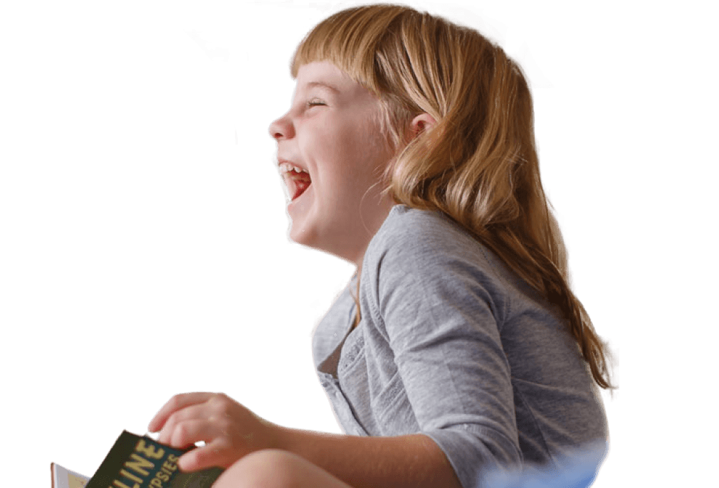 Jeune fille avec un livre, qui rit en regardant vers la gauche