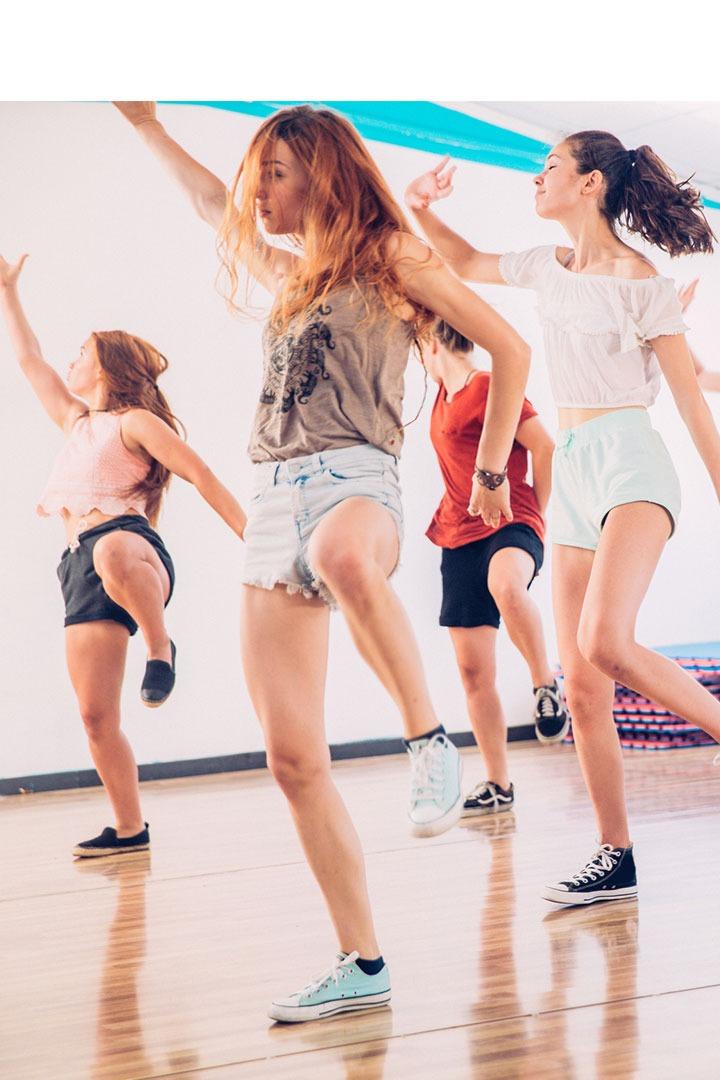 Quatre adolescents dansant dans un studio