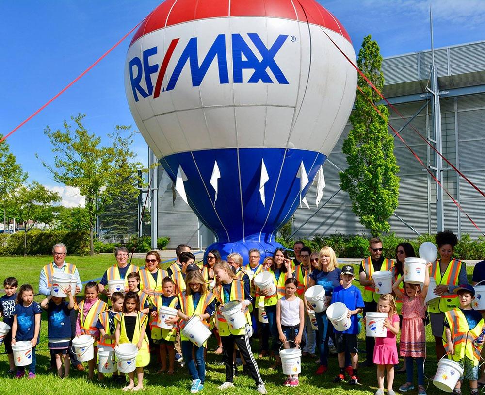 Familles devant la montgolfière Remax