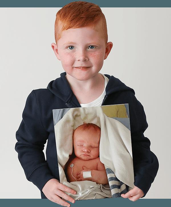 Ryland tenant une photo de lui bébé