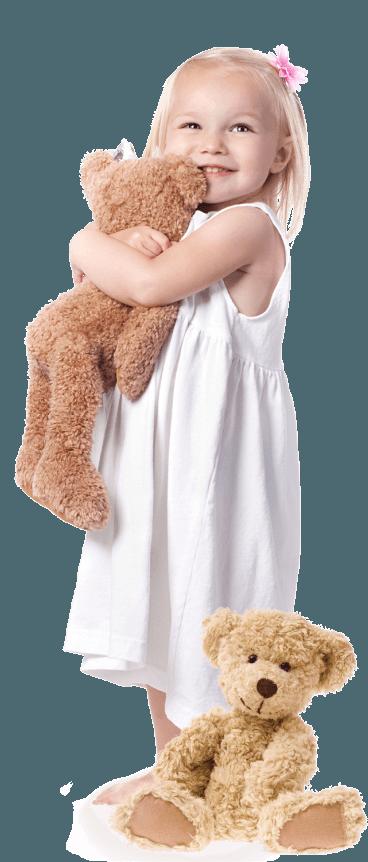 Petite fille avec oursons en peluche