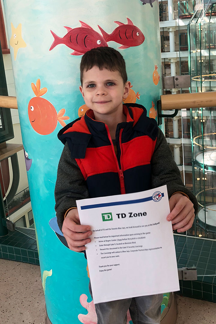 Enfant tenant un certificat de la Zone TD