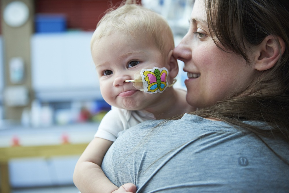 Bébé avec sonde nasogastrique et papillon autocollant