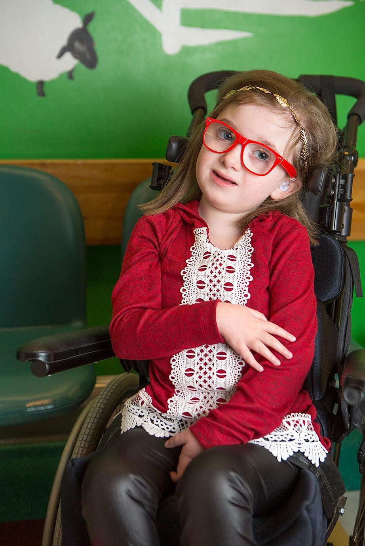 Petite fille à lunettes rouges
