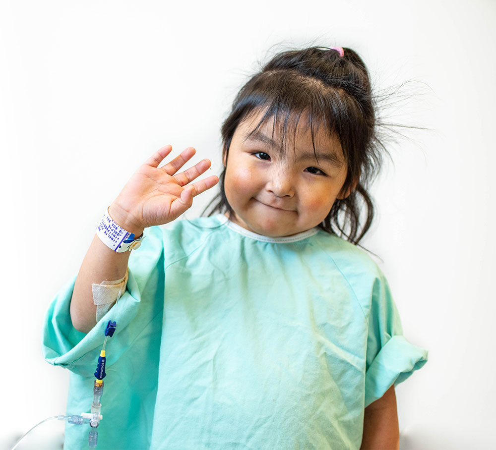 Petite fille en chemise d'hôpital
